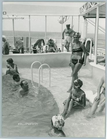 TCI-S-012298-AR03 - transatlantico ausonia, piscina, 1960 - Touring Club Italiano/Gestione Archivi Alinari