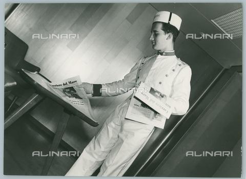 TCI-S-012563-AR03 - transatlantico giulio cesare, distribuzione del giornale di bordo, 1954 - Touring Club Italiano/Gestione Archivi Alinari