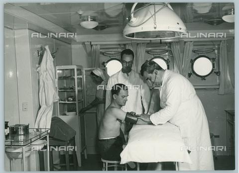 TCI-S-012592-AR03 - transatlantico giulio cesare, ambulatorio medico, 1954 - Touring Club Italiano/Gestione Archivi Alinari