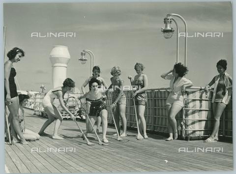 TCI-S-012623-AR03 - transatlantico giulio cesare, turiste giocano sul ponte, 19590 - Touring Club Italiano/Gestione Archivi Alinari