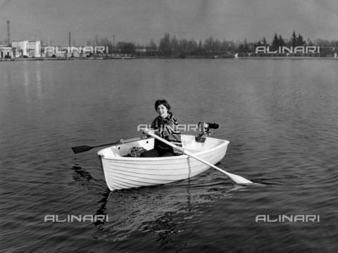 TCI-S-013132-AR03 - barca itaca in plastica della pirelli, 1959 - Touring Club Italiano/Gestione Archivi Alinari