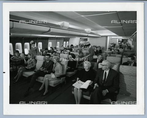 TCI-S-014067-AR03 - interno di un jumbo jet, 1960 - Touring Club Italiano/Gestione Archivi Alinari