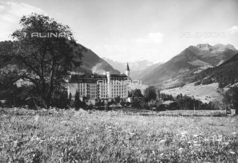 """TCI-S-014442-AR08 - Veduta del """"Palace Hotel"""", Gstaad - Data dello scatto: 1950 ca. - Touring Club Italiano/Gestione Archivi Alinari"""
