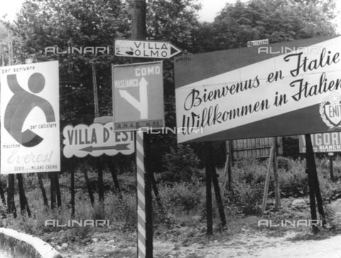 TCI-S-014886-AR03 - Cartelli stradali e turistici al confine, Como - Data dello scatto: 1954 ca. - Touring Club Italiano/Gestione Archivi Alinari