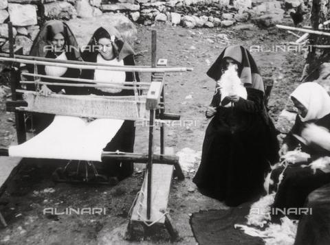 TCZ-F-003102-0000 - Donne che tessono e preparano la lana per la tessitura a Ulassai - Data dello scatto: 27/02/1953 - Touring Club Italiano/Gestione Archivi Alinari