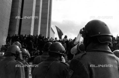 TEA-F-000002-0000 - Poliziotti e studenti davanti all'Università La Sapienza - Data dello scatto: 05/1968 - Archivi Alinari, Firenze
