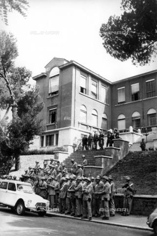 TEA-F-000003-0000 - La polizia presidia la Facoltà di Architettura della Sapienza a Valle Giulia; 1968 - Data dello scatto: 1968 - Archivi Alinari, Firenze