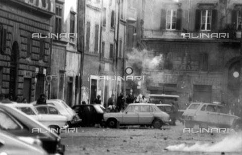 TEA-F-000005-0000 - Lacrimogeni in una piazza di Roma - Data dello scatto: 1968 ca. - Archivi Alinari, Firenze