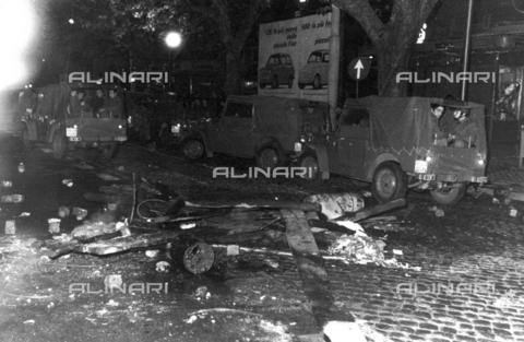 TEA-F-000010-0000 - Resti di una barricata improvvisata e di sassi utilizzati durante le proteste del 1968 - Data dello scatto: 1968 - Archivi Alinari, Firenze