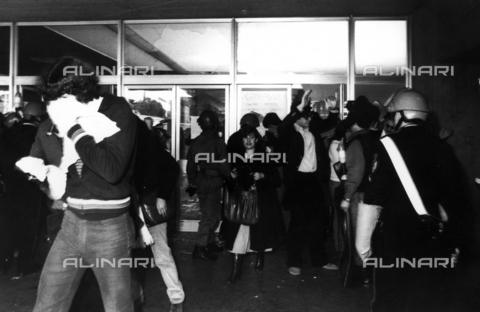 TEA-F-000011-0000 - Studenti e polizia all'Università La Sapienza durante le proteste del 1968 - Data dello scatto: 1968 - Archivi Alinari, Firenze