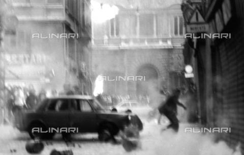 TEA-F-000014-0000 - Lacrimogeni e lancio di sassi in piazza Campo de' Fiori durante le proteste del 1968 - Data dello scatto: 1968 - Archivi Alinari, Firenze
