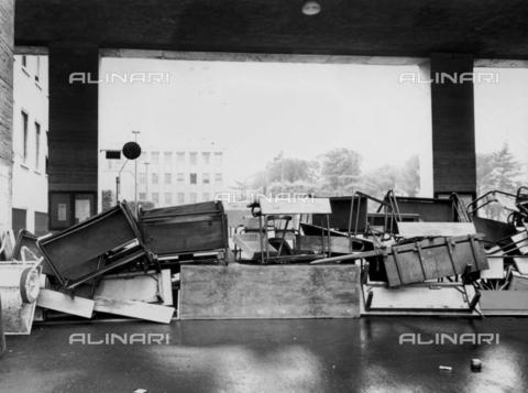 TEA-F-000015-0000 - Banchi accatastati fuori da La Sapienza di Roma durante le proteste del 1968 - Data dello scatto: 1968 - Archivi Alinari, Firenze