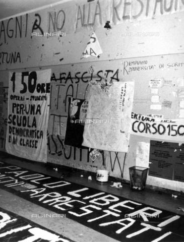 TEA-F-000017-0000 - Scritte e striscioni all'interno di una università; Roma, 1968 - Data dello scatto: 1968 - Archivi Alinari, Firenze