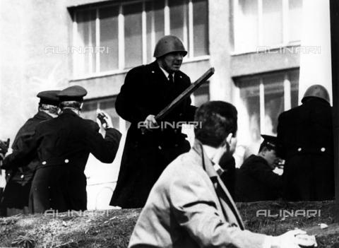 TEA-F-028286-0000 - Scontri fra polizia e studenti a Valle Giulia; 1968 - Data dello scatto: 1968 - Archivi Alinari, Firenze