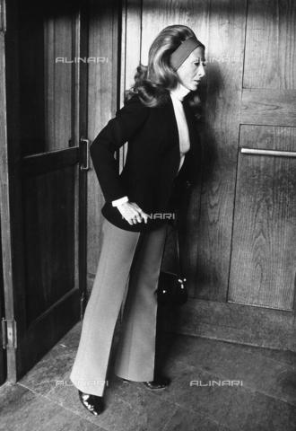 TEA-S-000003-0002 - La nobildonna Mia Acquarone all'ingresso di un edificio. - Data dello scatto: 1970 - 1979 ca. - Archivi Alinari, Firenze