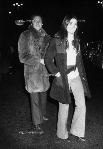 TEA-S-000022-0004 - Renzo Arbore in compagnia dell'attrice Elisabeth Eversfield. - Data dello scatto: 1970-1975 ca. - Archivi Alinari, Firenze