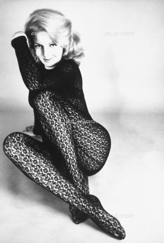TEA-S-000033-0001 - Ritratto di Gisella Arden, sfoggia un seducente completo con calzamaglia in pizzo nero. - Data dello scatto: 1970 - 1980 - Archivi Alinari, Firenze