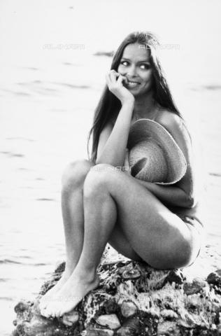TEA-S-000047-0003 - Barbara Bach posa costume, seduta su uno scoglio. - Data dello scatto: 1970 - 1980 - Archivi Alinari, Firenze