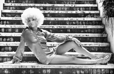 TEA-S-000133-0001 - Ritratto di Patrizia Bisceglia distesa sulle gradinate di una scalinata - Data dello scatto: 1975-1978 - Archivi Alinari, Firenze