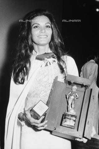 """TEA-S-000139-0003 - L'attrice Florinda Bolkan premiata con la statuetta del """"David di Donatello"""". - Data dello scatto: 1970-1975 ca. - Archivi Alinari, Firenze"""