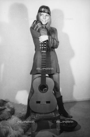 TEA-S-000193-0003 - La cantante Barbara Campigli ritratta a figura intera mentre canta durante una registrazione - Data dello scatto: 1970 - 1979 - Archivi Alinari, Firenze