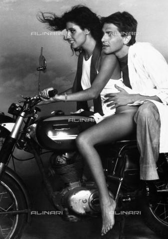 TEA-S-000206-0001 - Ritratto di Stella Carnacina e Raffaele Curi su una moto. - Data dello scatto: 1975 - 1980 - Archivi Alinari, Firenze