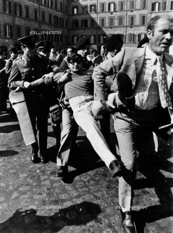 TEA-S-000245-0002 - Roberto Cicciomessere, in una piazza cittadina, mentre viene portato via di peso da alcuni militari - Data dello scatto: 1968 - 1978 - Archivi Alinari, Firenze