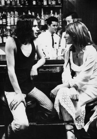 TEA-S-000250-0003 - Pierre Clementi seduto al bancone di un bar mentre parla con una giovane donna. - Data dello scatto: 1970-1979 - Archivi Alinari, Firenze
