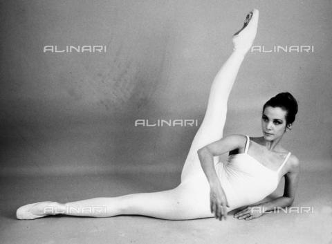TEA-S-000254-0001 - La ballerina classica Gabriella Cohen , in posa, distesa su un fianco con la gamba alzata - Data dello scatto: 1979 - 1990 - Archivi Alinari, Firenze