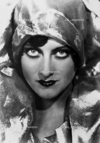 TEA-S-000277-0004 - Primo piano dell'attrice Joan Crawford con un copricapo in tessuto lamè che risalta la bellezza dei suoi occhi. - Data dello scatto: 1928 - Archivi Alinari, Firenze
