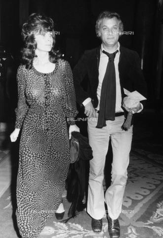 TEA-S-000286-0002 - Tony Curtis con la moglie nella hall di un albergo - Data dello scatto: 1970 - 1978 - Archivi Alinari, Firenze