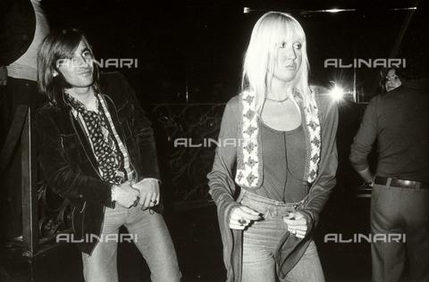 """TEA-S-000320-0002 - La cantante francese Danièle Devrin, in jeans,fotografata al """"Papè Satan"""" mentre balla accanto ad un giovane uomo - Data dello scatto: 1973 - Archivi Alinari, Firenze"""