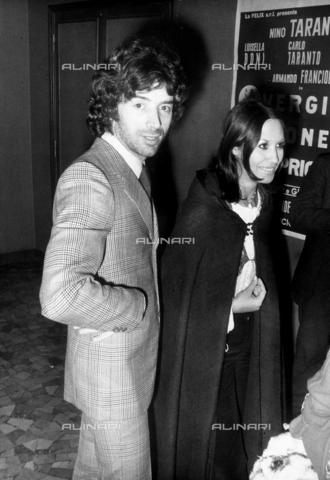 TEA-S-000329-0002 - Il cantante Don Backy fotografato insieme alla moglie - Data dello scatto: 1970-1975 - Archivi Alinari, Firenze