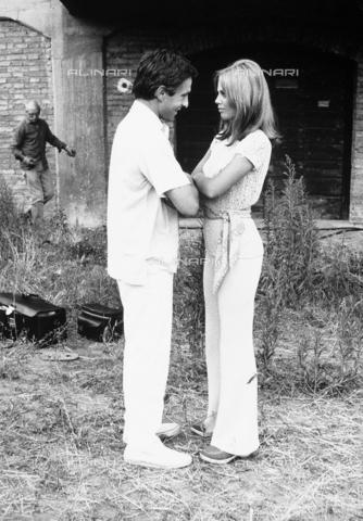 TEA-S-000338-0001 - Il regista John Cassavetes conversa con Britt Ekland - Data dello scatto: 1970 ca. - Archivi Alinari, Firenze