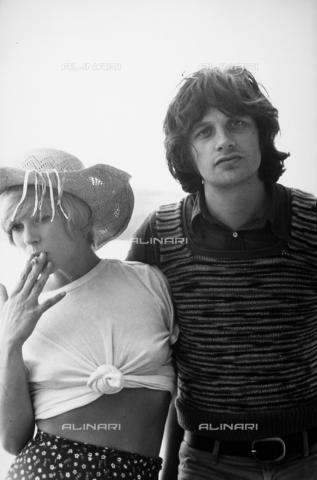 TEA-S-000352-0002 - L'attore Lino Capolicchio abbraccia l'attrice Mimsy Farmer. - Data dello scatto: 1970 ca. - Archivi Alinari, Firenze