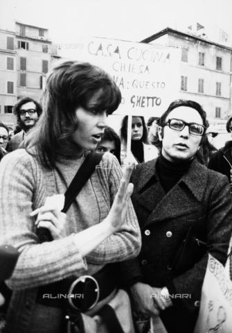 TEA-S-000376-0003 - Ritratto di Jane Fonda durante una manifestazione del movimento femminista a Campo dei Fiori - Data dello scatto: 1965 - 1975 - Archivi Alinari, Firenze