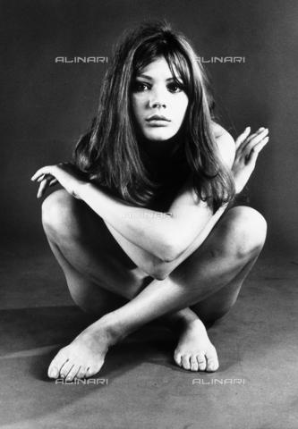 TEA-S-000427-0009 - Ritratto di Lorenza Guerrieri, nuda, seduta a terra con le gambe incrociate - Data dello scatto: 1975 - 1985 - Archivi Alinari, Firenze