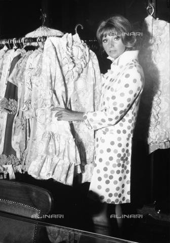 TEA-S-000463-0005 - L'attrice Silva Koscina mentre sceglie un capo di abbigliamento in una boutique - Data dello scatto: 1970 - 1979 - Archivi Alinari, Firenze