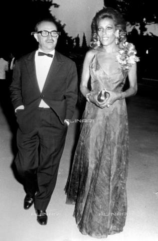 TEA-S-000475-0001 - Il celebre regista cinematografico Alberto Lattuada e Silvia Monti a un ricevimento - Data dello scatto: 1970-1975 ca. - Archivi Alinari, Firenze