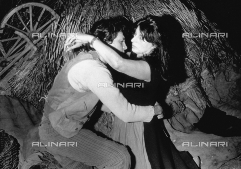 """TEA-S-000514-0001 - La celebre attrice Anna Magnani con Osvaldo Ruggeri nella rappresentazione teatrale """"La Lupa"""" - Data dello scatto: 1965 - Archivi Alinari, Firenze"""