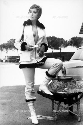TEA-S-000520-0001 - L'attrice Marina Malfatti ritratta in una strada - Data dello scatto: 1970 - 1975 - Archivi Alinari, Firenze