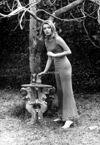 TEA-S-000520-0006 - Ritratto dell'attrice Marina Malfatti in un giardino di Roma. - Data dello scatto: 1970-1975 - Archivi Alinari, Firenze