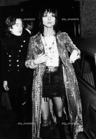 """TEA-S-000541-0005 - L'attrice Elsa Martinelli e Willy Rizzo all'uscita del locale """"Number One"""" - Data dello scatto: 1970 - 1980 - Archivi Alinari, Firenze"""