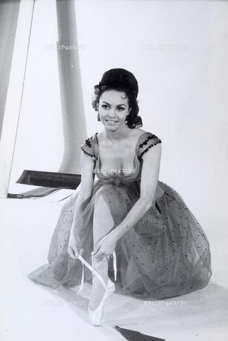 TEA-S-000560-0001 - L'attrice Michele Mercier con indosso un abito scarpe da danza. - Data dello scatto: 1960 -1970 - Archivi Alinari, Firenze