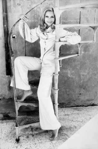 TEA-S-000561-0002 - L'attrice Marsha Meril in posa seduta sui gradini di una scala a chiocciola. - Data dello scatto: 1970 ca. - Archivi Alinari, Firenze