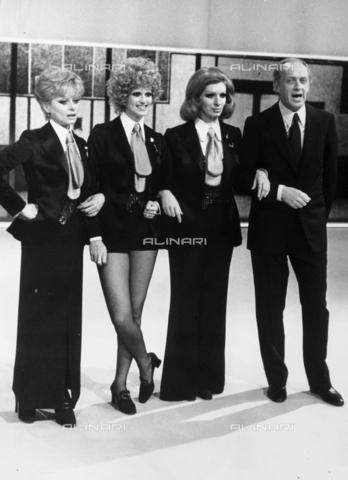 """TEA-S-000571-0002 - Sandra Mondaini, Minnie Minoprio, Iva Zanicchi e Raimondo Vianello durante il varietà """"Sai che ti dico?"""" nel 1972 - Data dello scatto: 1972 - Archivi Alinari, Firenze"""