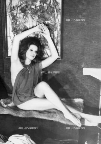 """TEA-S-000612-0001 - Ritratto dell'attrice Pablovich, durante le riprese del film """"I capricci della zarina"""" - Data dello scatto: 1975 ca - Archivi Alinari, Firenze"""