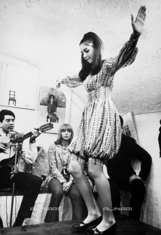 TEA-S-000668-0013 - La cantante Romina Power mentre balla su un tavolo. - Data dello scatto: 1970-1975 ca. - Archivi Alinari, Firenze