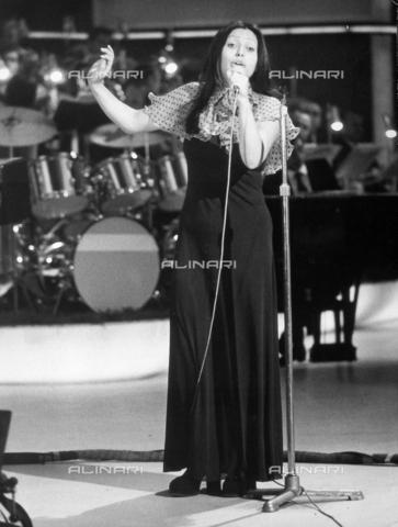 TEA-S-000718-0001 - Ritratto della cantante Marisa Sacchetto mentre si esibisce; sullo sfondo si intravede l'orchestra - Data dello scatto: 1970 - 1975 - Archivi Alinari, Firenze