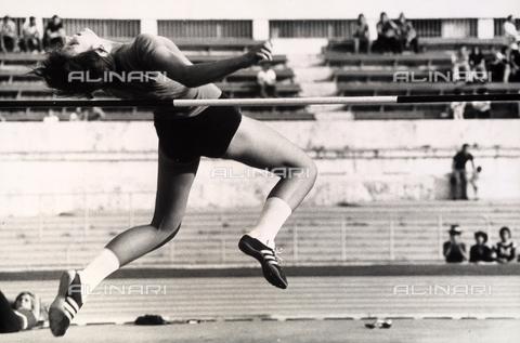 TEA-S-000764-0002 - L'atleta Sara Simeoni mentre compie un salto in alto